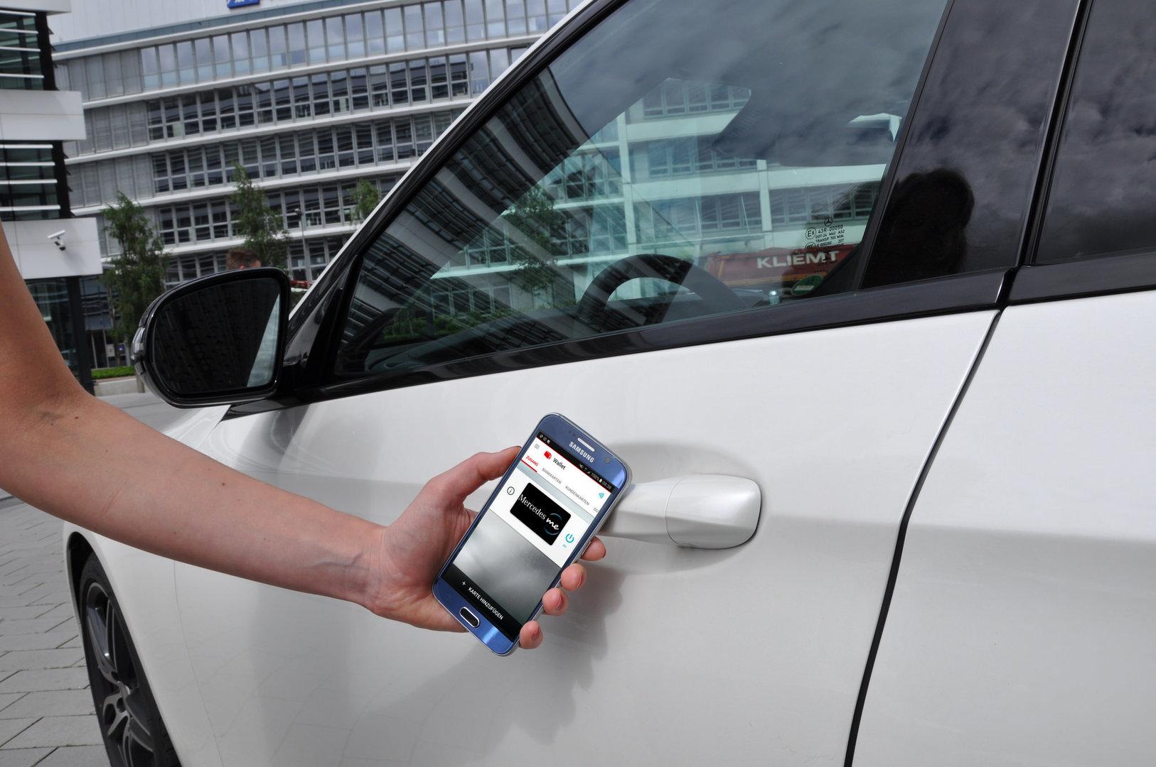 Das Smartphone mit NFC-SIM von Vodafone öffnet die E-Klasse