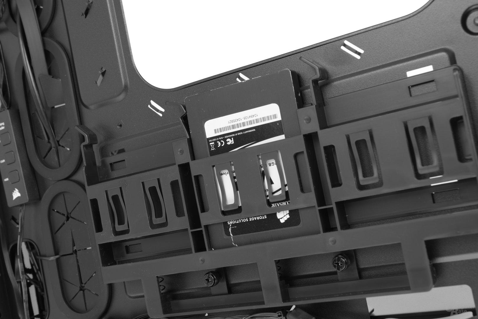 """Corsair Crystal 460X RGB – Drei 2,5""""-Festplattenplätze mit Rückwurffeder"""