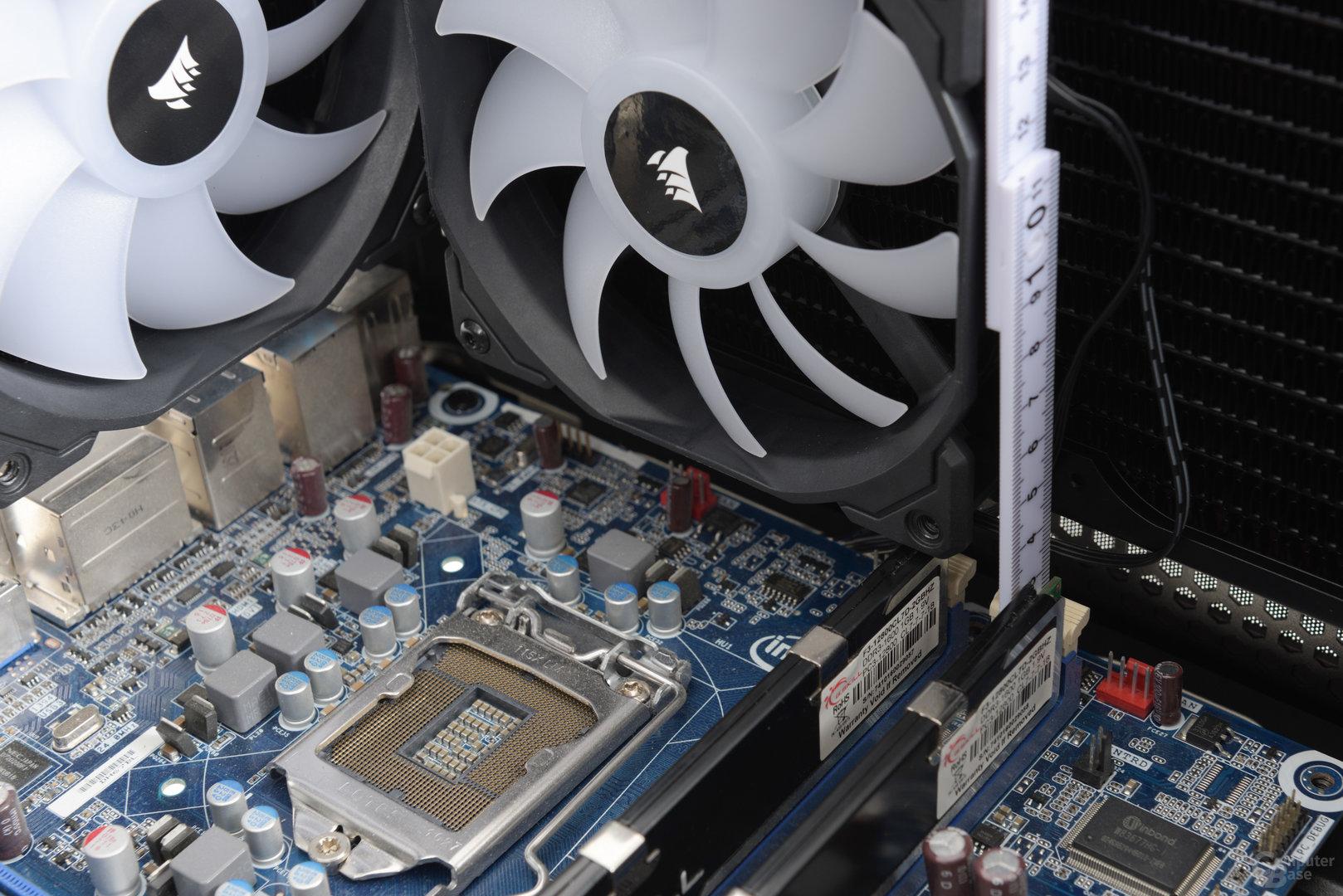 Corsair Crystal 460X RGB – Ein 240-mm-Dual-Radiator passt hingegen problemlos in den Deckel, die maximale RAM-Höhe ist beschränkt