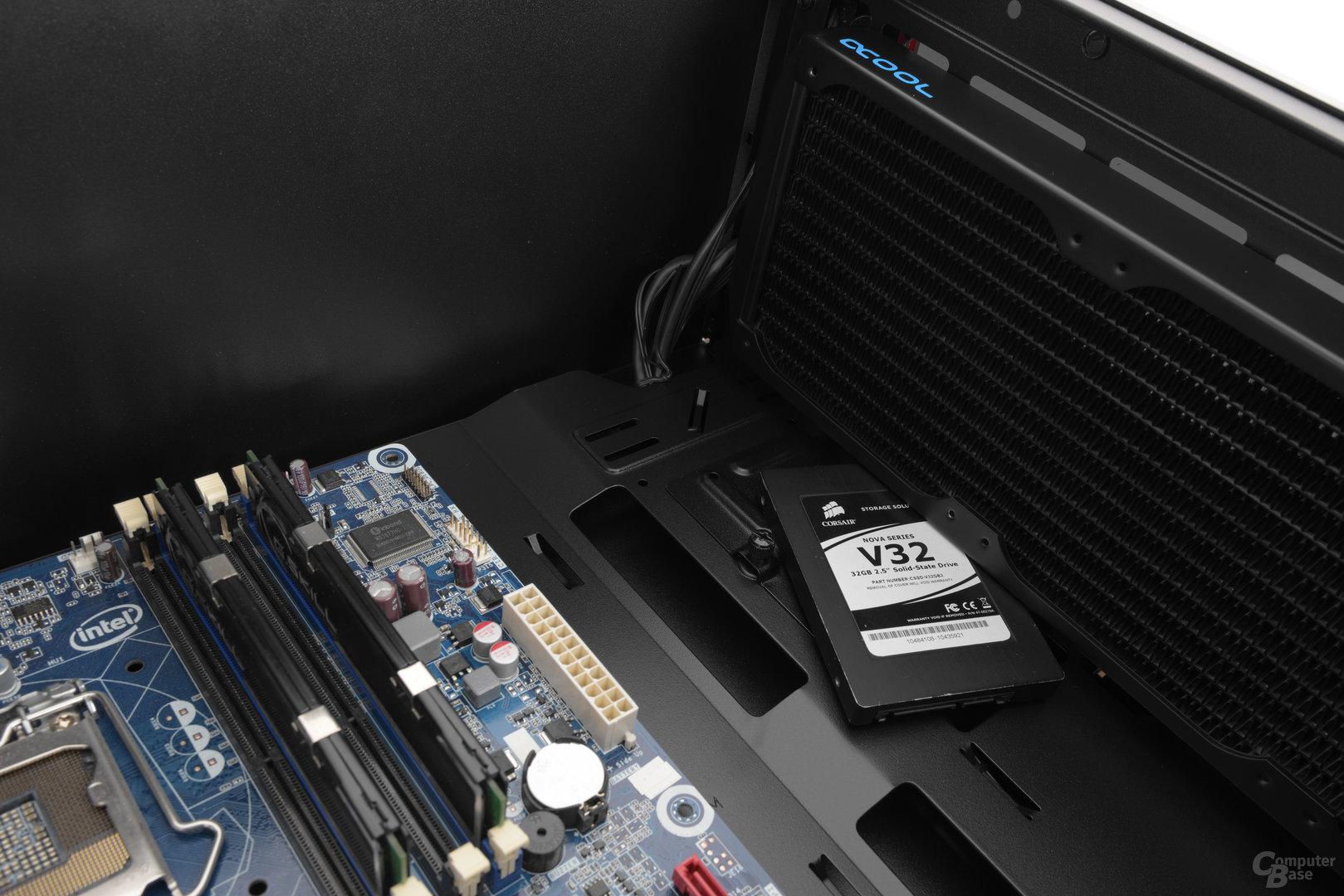 """CoolerMaster MasterBox Lite 5 – Die 2,5""""-SSD passt noch zwischen Gehäusewand und Frontradiator"""