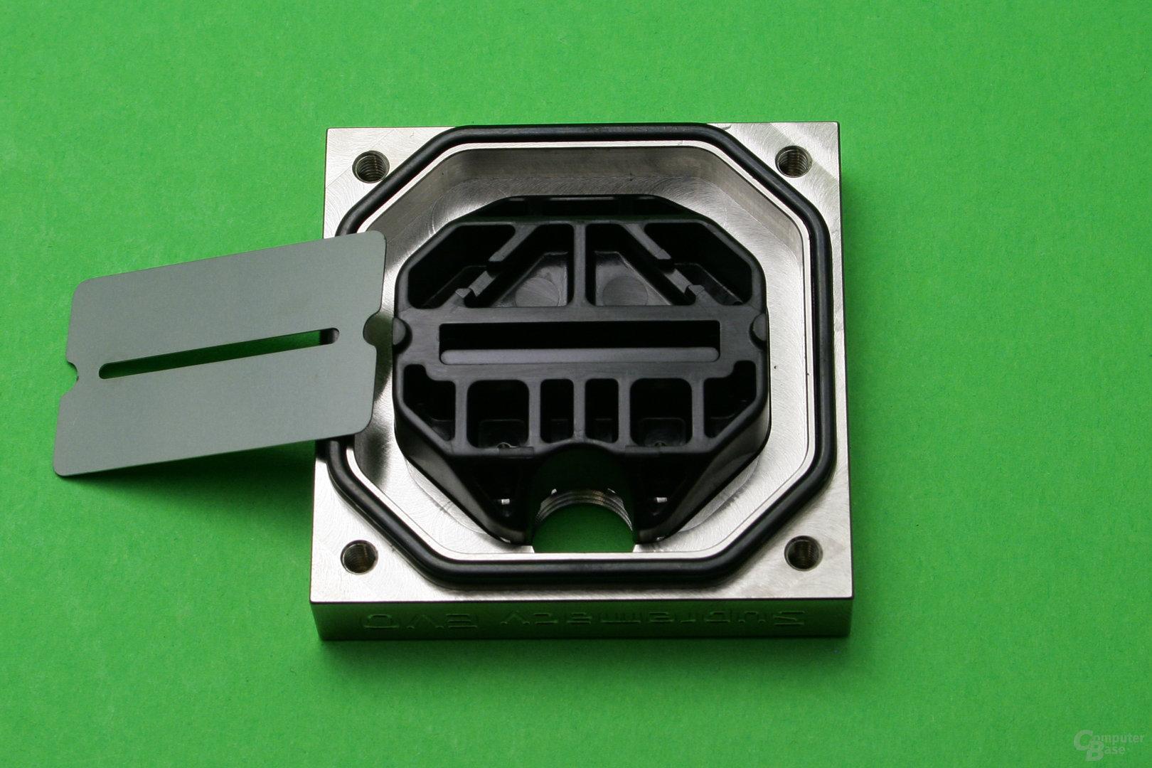 EK Supremacy Evo Full Nickel: Deckel mit Plastikeinsatz und Düsenplatte
