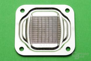 Aqua Computer Cuplex Kryos Next: Kühlfinnen sind von fünf Schlitzen orthogonal durchsetzt