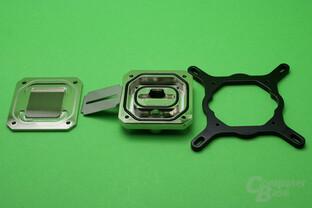 Koolance CPU-390: Vier Schrauben fixieren Bodenplatte, Deckel und Halterahmen