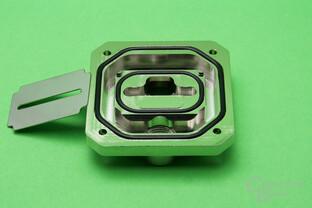 Koolance CPU-390: Deckel mit Düsenplatte