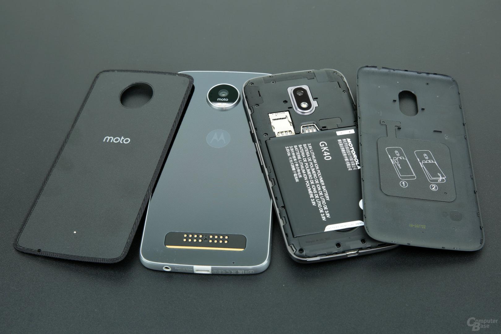 Moto Z Play und Moto G4 Play mit abgenommenen Rückseiten