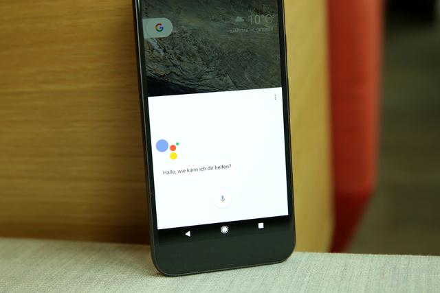 Der Google Assistant legt sich über die untere Hälfte des Bildschirms