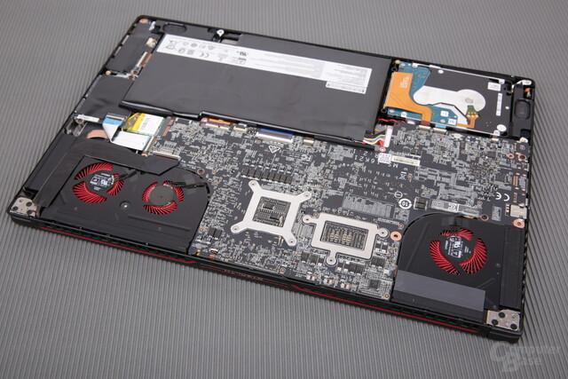 SSD und RAM liegen zwischen PCB und Oberschale