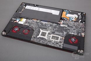 Links das Kühlsystem für die GPU, rechts das für die CPU