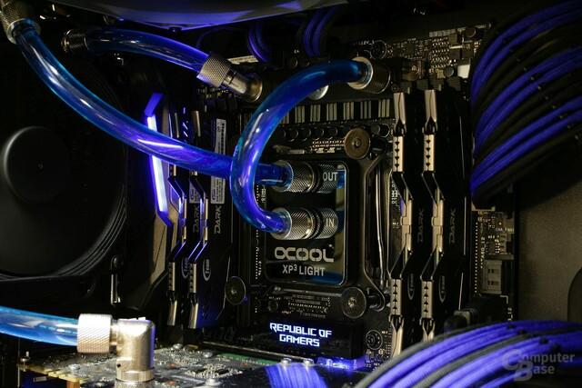 Transparenter 11/8-PVC-Schlauch mit (gewinkelten) Anschraubtüllen und blaue Kühlflüssigkeit