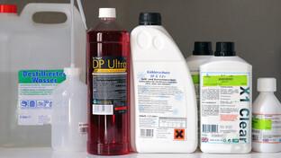 Auswahl an Kühlflüssigkeiten und Zusätzen