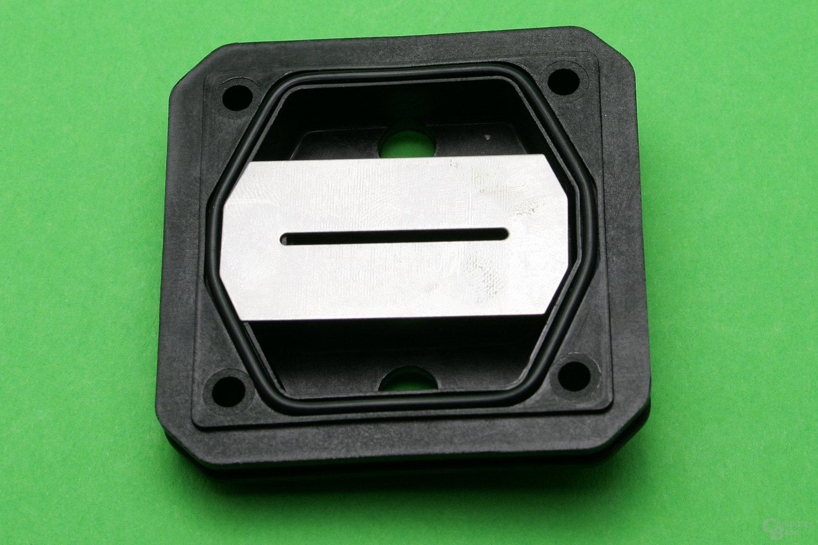 Alphacool Eisblock XPX: Sicht von unten auf das Zwischenteil mit aufgelegter Düsenplatte
