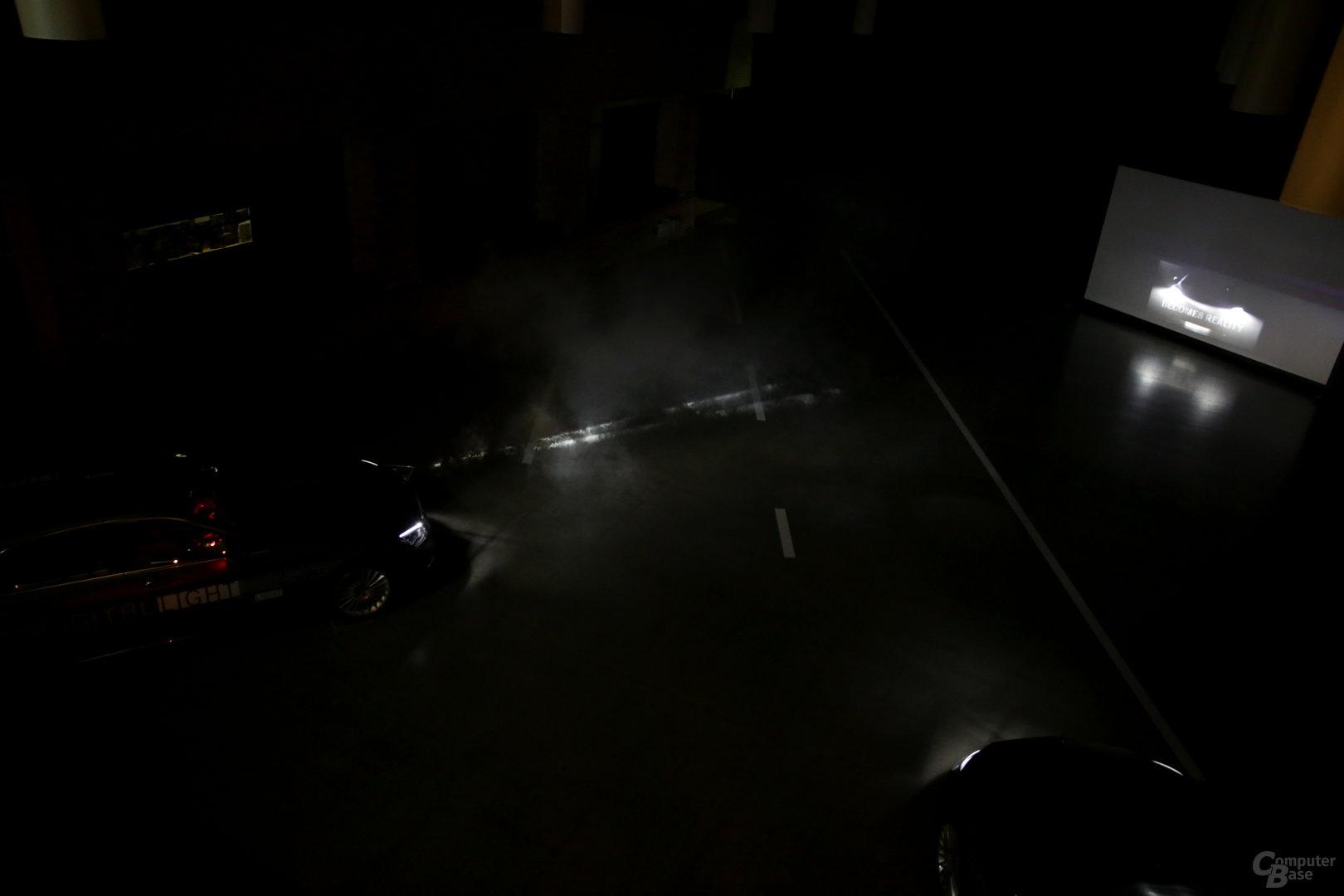 Der Scheinwerfer projiziert einen Film auf die Hallenwand