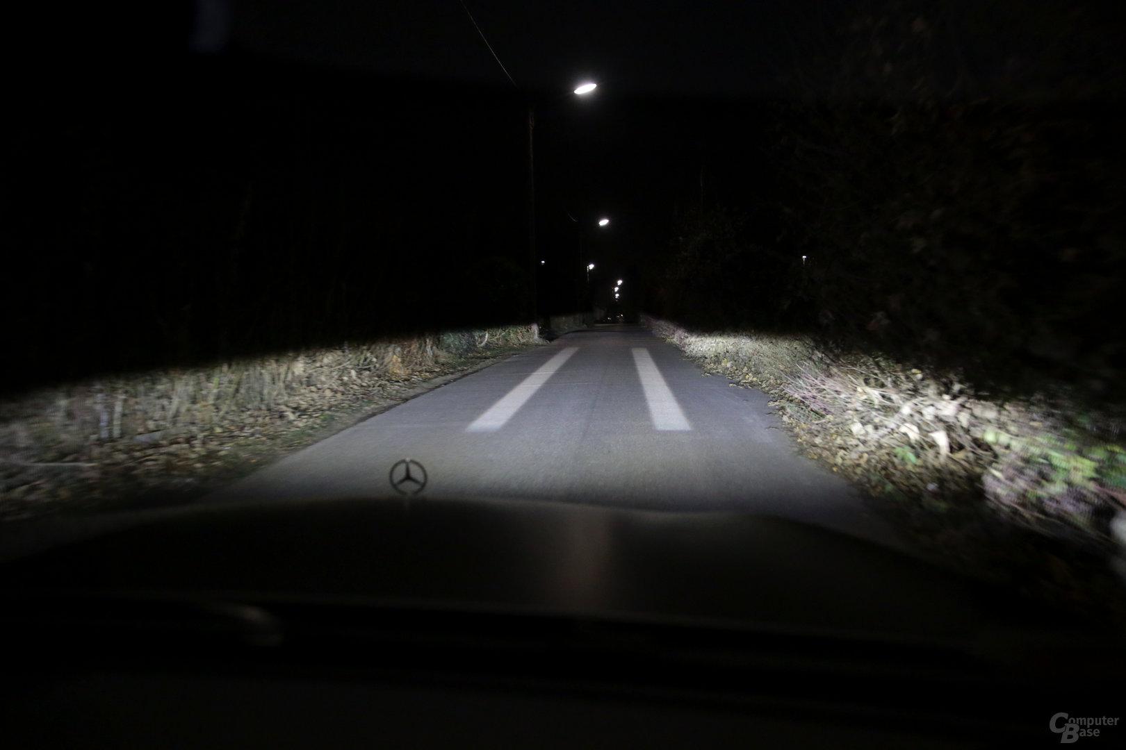 Fehlende Fahrbahnmarkierungen auf die Straße projiziert