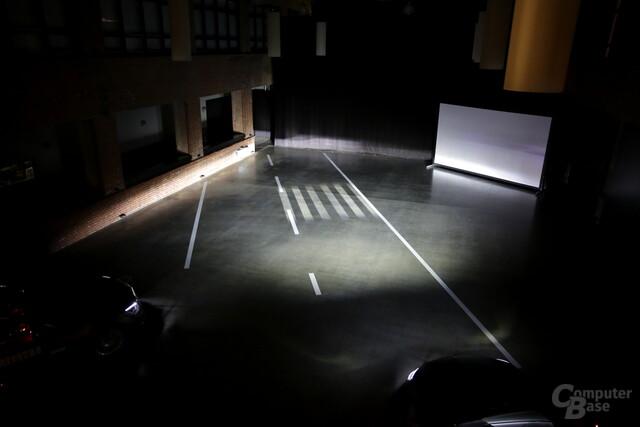 Projektion eines Zebrastreifens mit Umgebungslicht