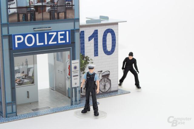 Polizist mit gezogener Pistole in einem Kinderspiel: Muss das wirklich sein?