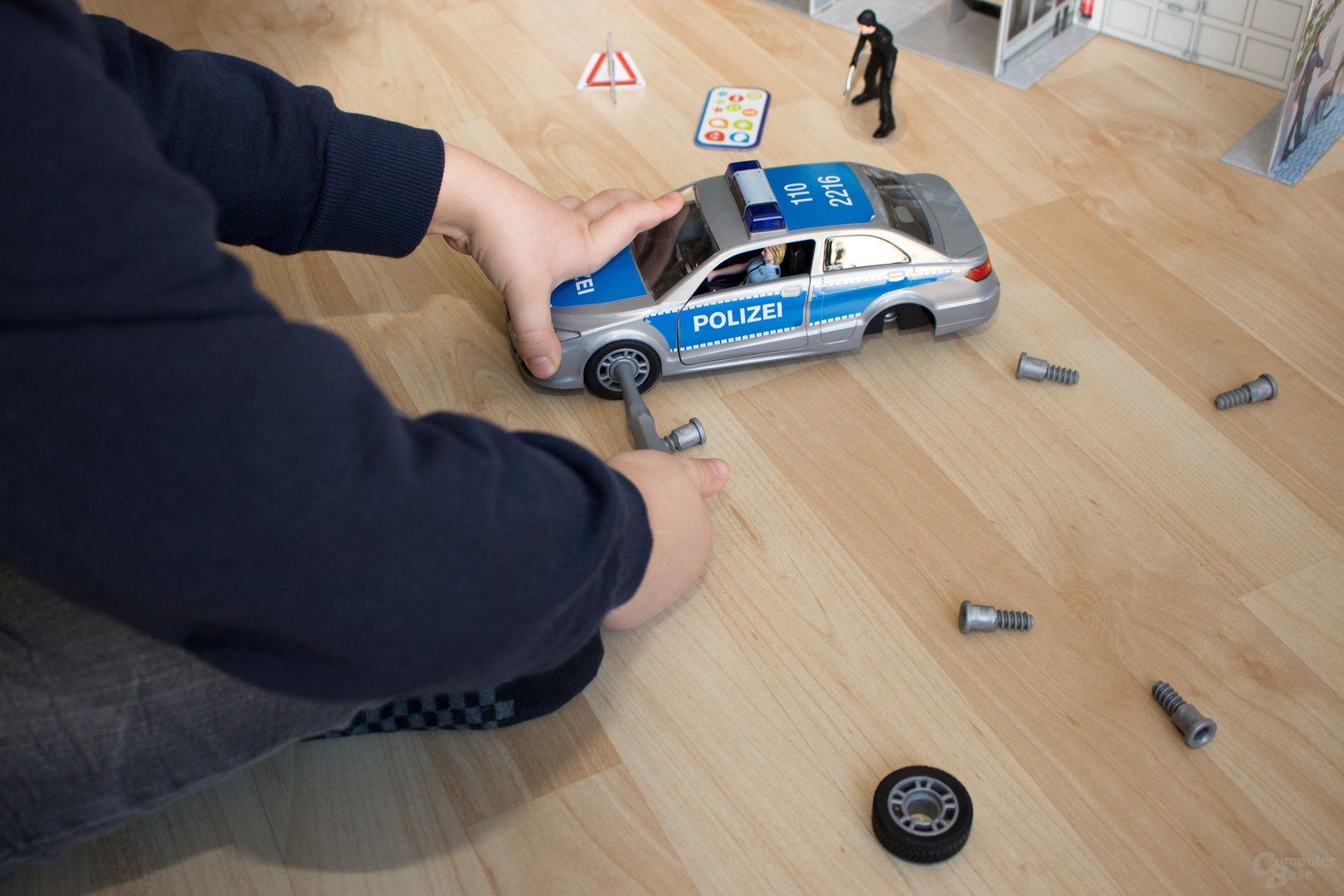 Der Zusammembau des Polizeiautos gestaltet sich einfach