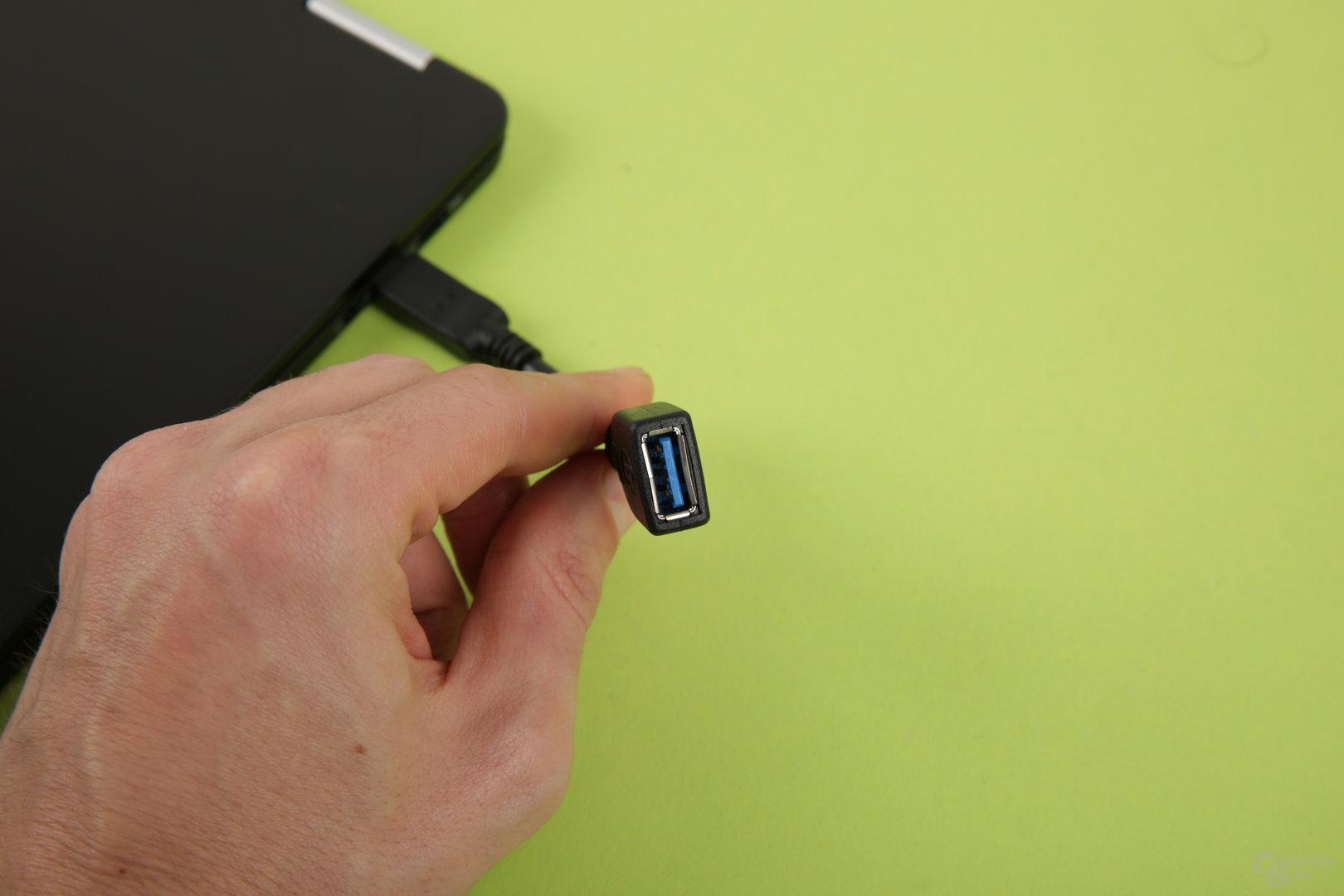 Ein Adapter von USB Typ C auf A liegt bei