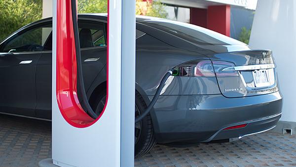 Blocker: Tesla fordert Strafgebühr für Parken am Supercharger