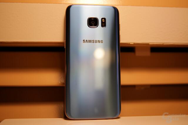 Samsung Galaxy S7 edge in Blue Coral