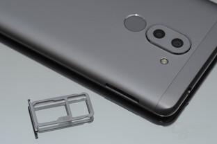 ...und einen Hybrid-Schacht für SIM und microSD