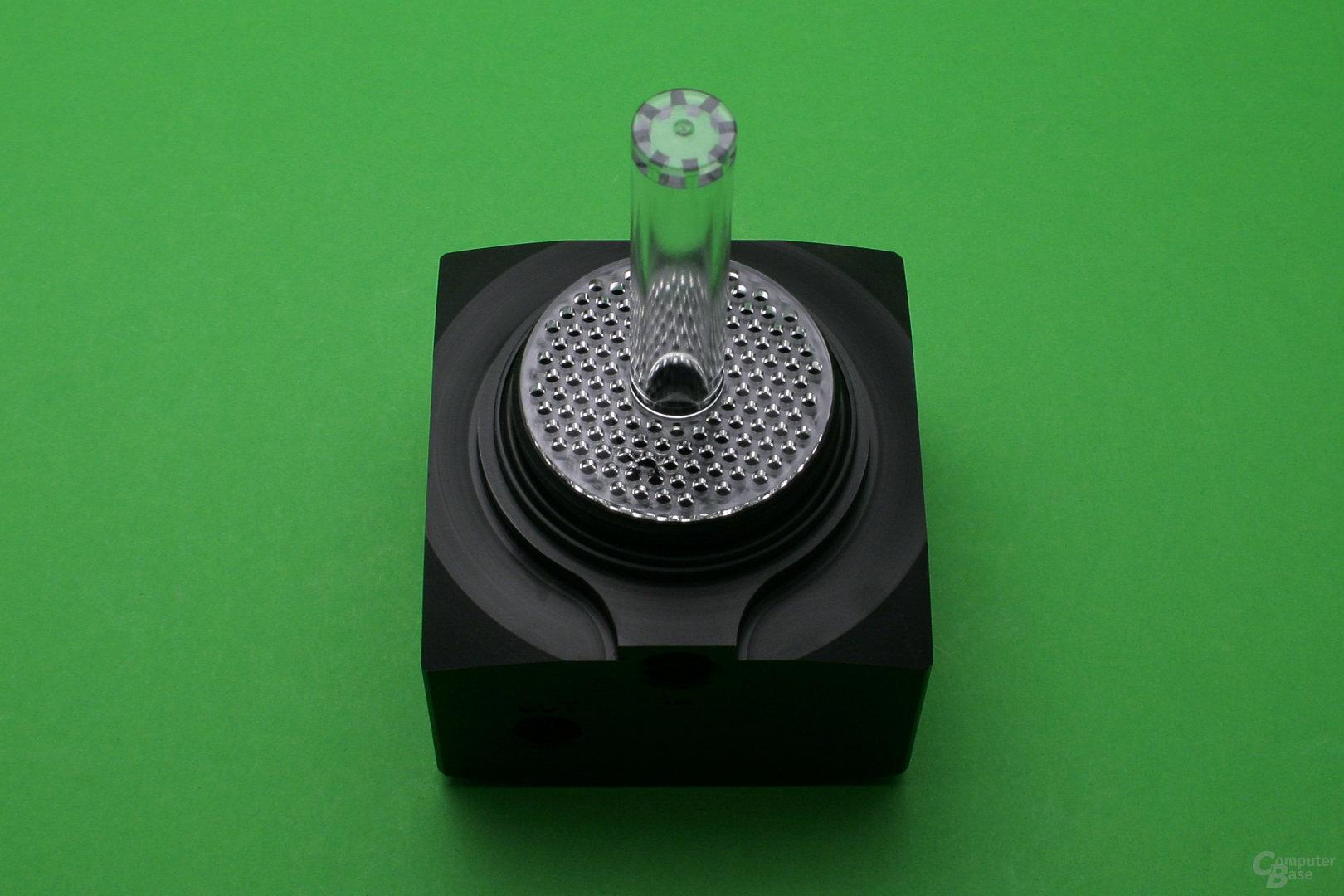 Alphacool Eisbecher D5: Ein Plastikgitter soll Verwirbelungen verhindern