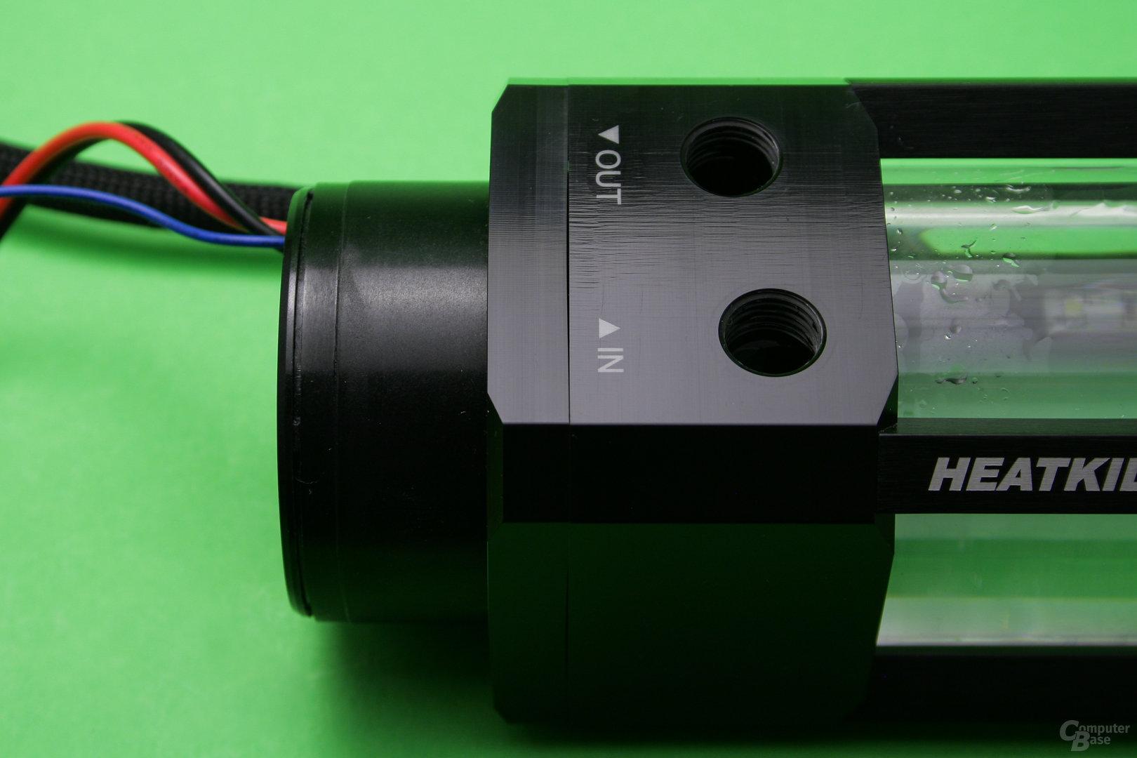 Watercool Heatkiller Tube D5: Die Pumpe wird von unten per Halterahmen mit acht Schrauben fixiert