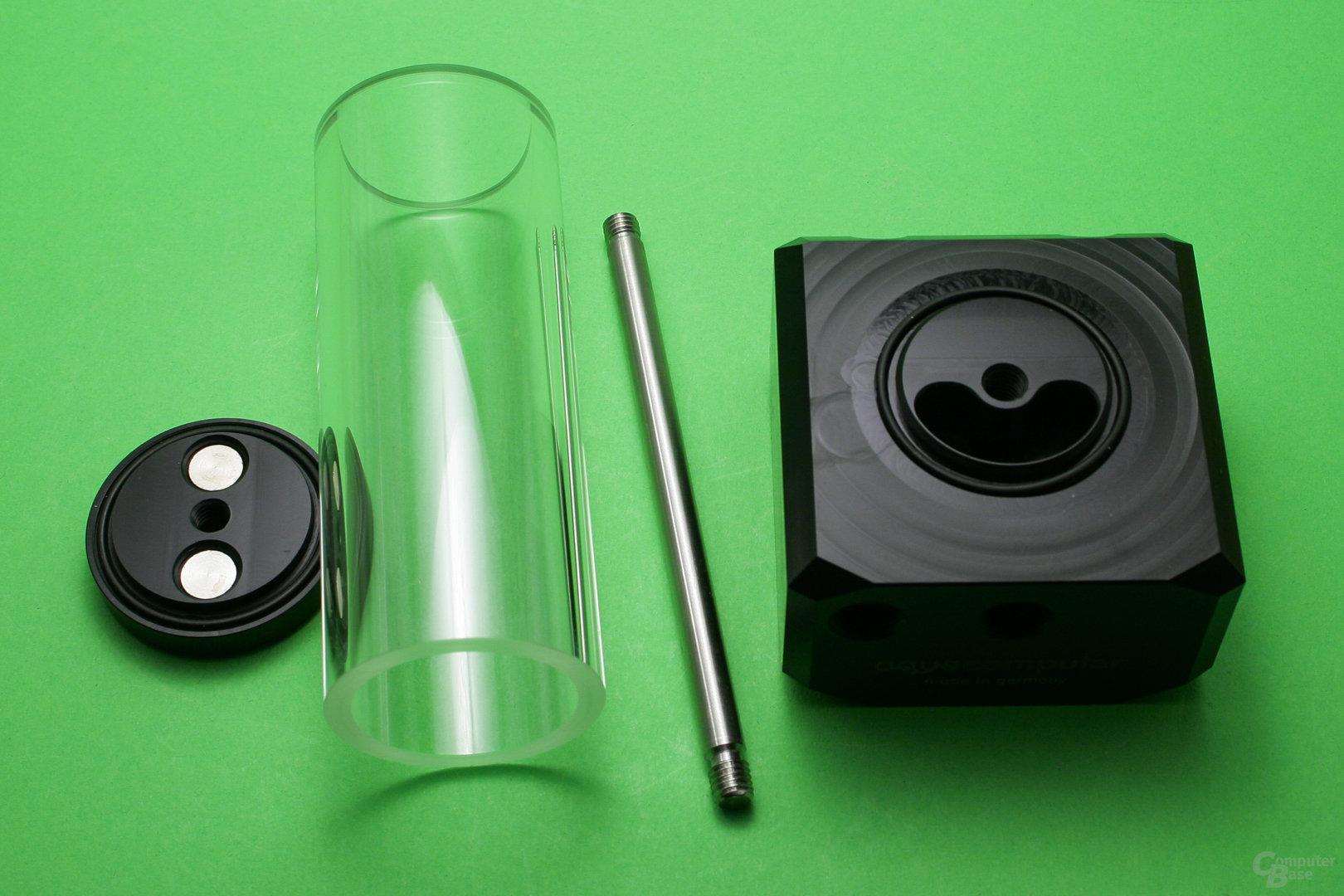 Aqua Computer Aqualis D5: Die Glasröhre wird über Deckel und Pumpenaufsatz fixiert