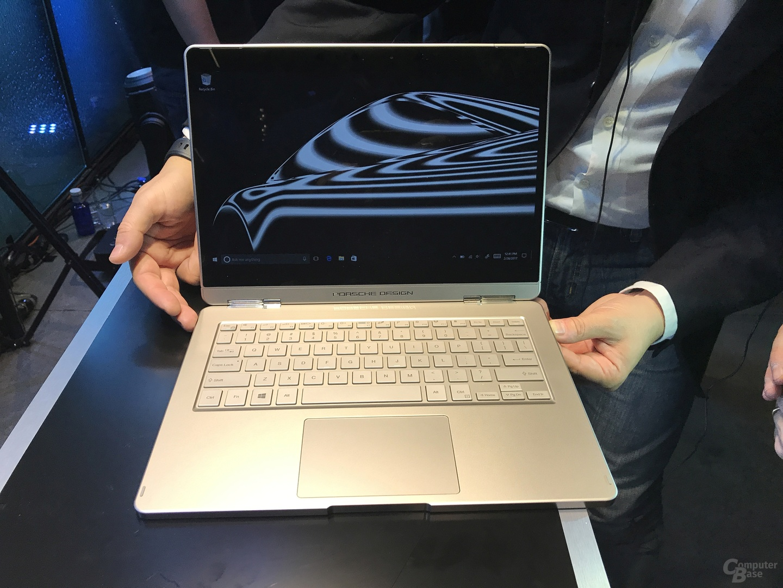 Entriegelung über Taste an der rechten Seite der Tastatur-Einheit