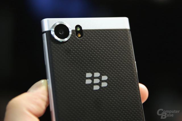 Matte, griffige Rückseite mit BlackBerry-Logo
