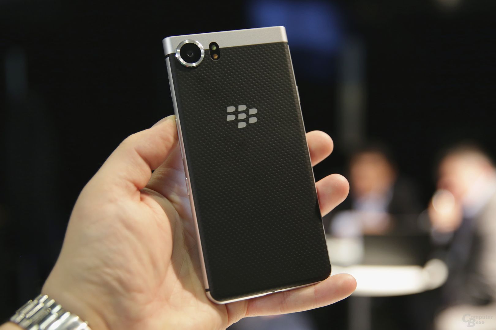 Das BlackBerry KeyOne liegt gut in der Hand