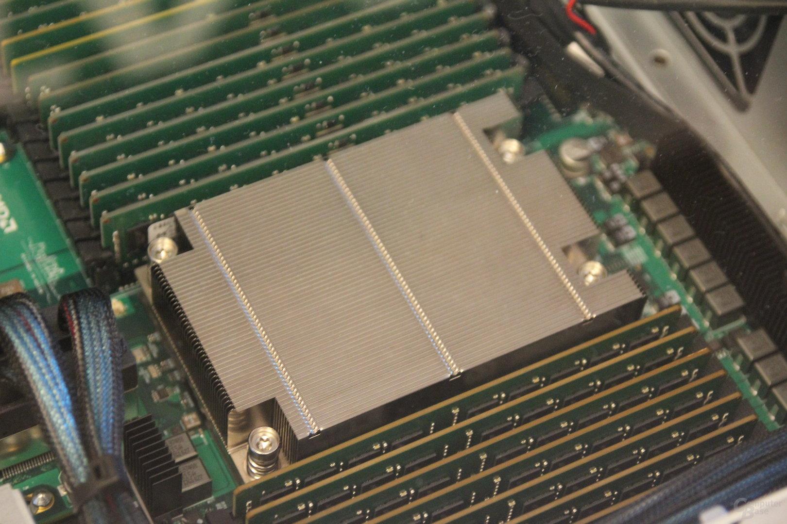 AMD Naples umrahmt von viel Speicher
