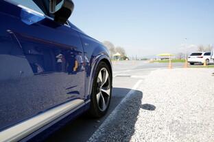 Die beiden Q7 folgen einem weißen Audi A4 Avant