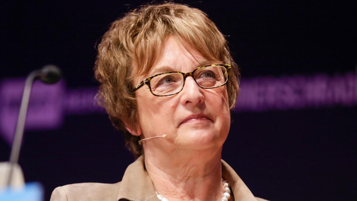 Fake News: Wirtschaftsministerin will nicht zu hart regulieren