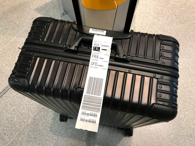 Klassisches Bag Tag aus Papier am Koffer