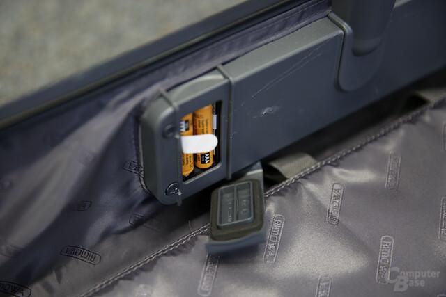 Der Koffer nimmt zwei Batterien des Typs AAA Micro LR03 auf