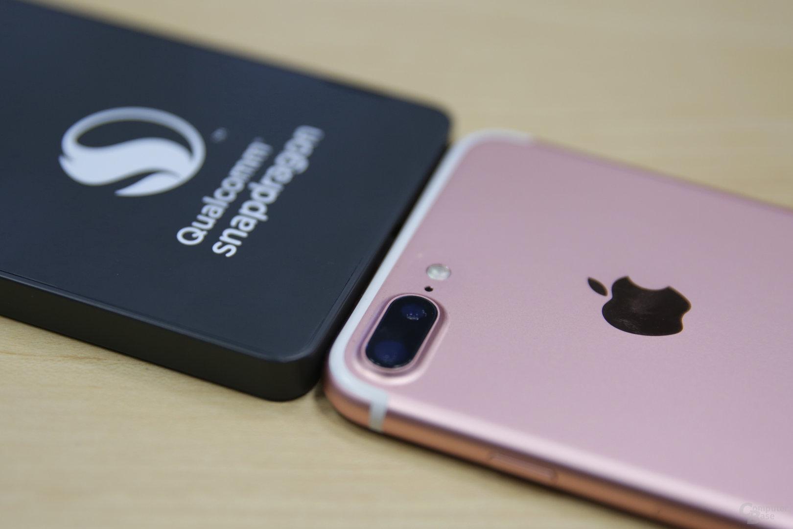 Snapdragon 835 QRD neben iPhone 7 Plus
