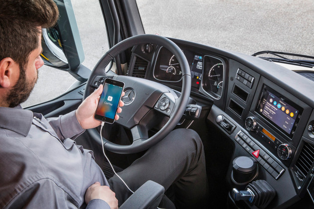 Apple CarPlay in den LKW von Mercedes-Benz