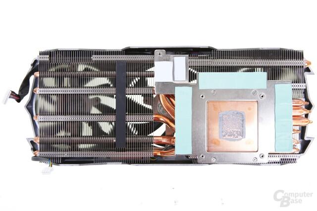 Zwei Bodenplatten: Kupfer für die GPU, Alu für den Speicher