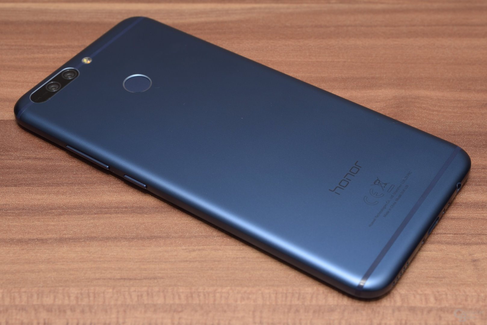 Die Rückseite erinnert hingegen eher an das Huawei P9