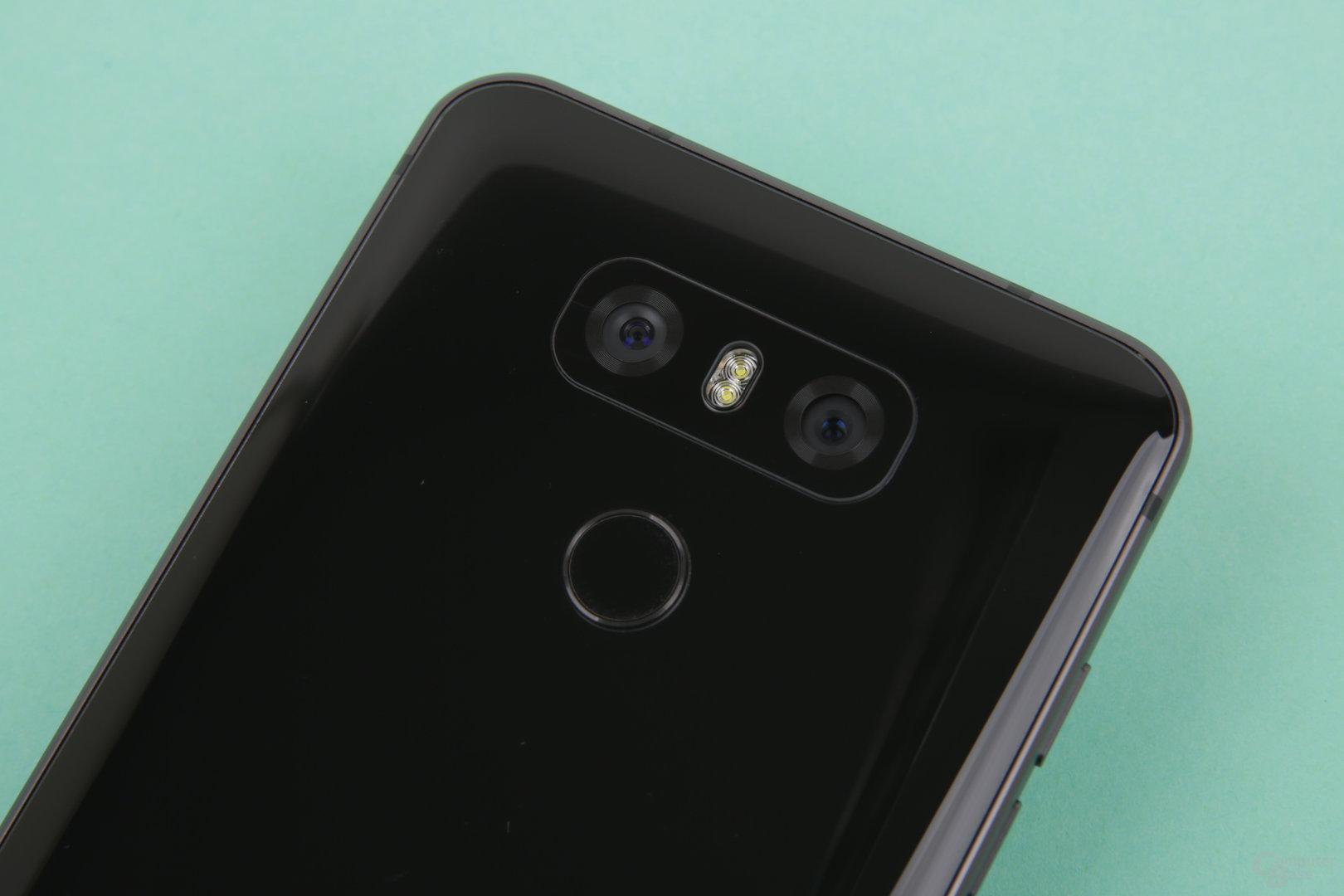 Dual-Kamera mit Weitwinkel und gut platzierter Fingerabdrucksensor