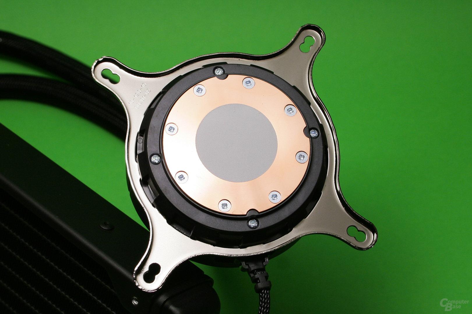 Fractal Design Celsius S24: CPU-Auflagefläche des Kühlers mit ab Werk aufgetragener Wärmeleitpaste