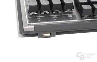 Der USB-Port befindet sich hinter den Status-LEDs und ist gut erreichbar
