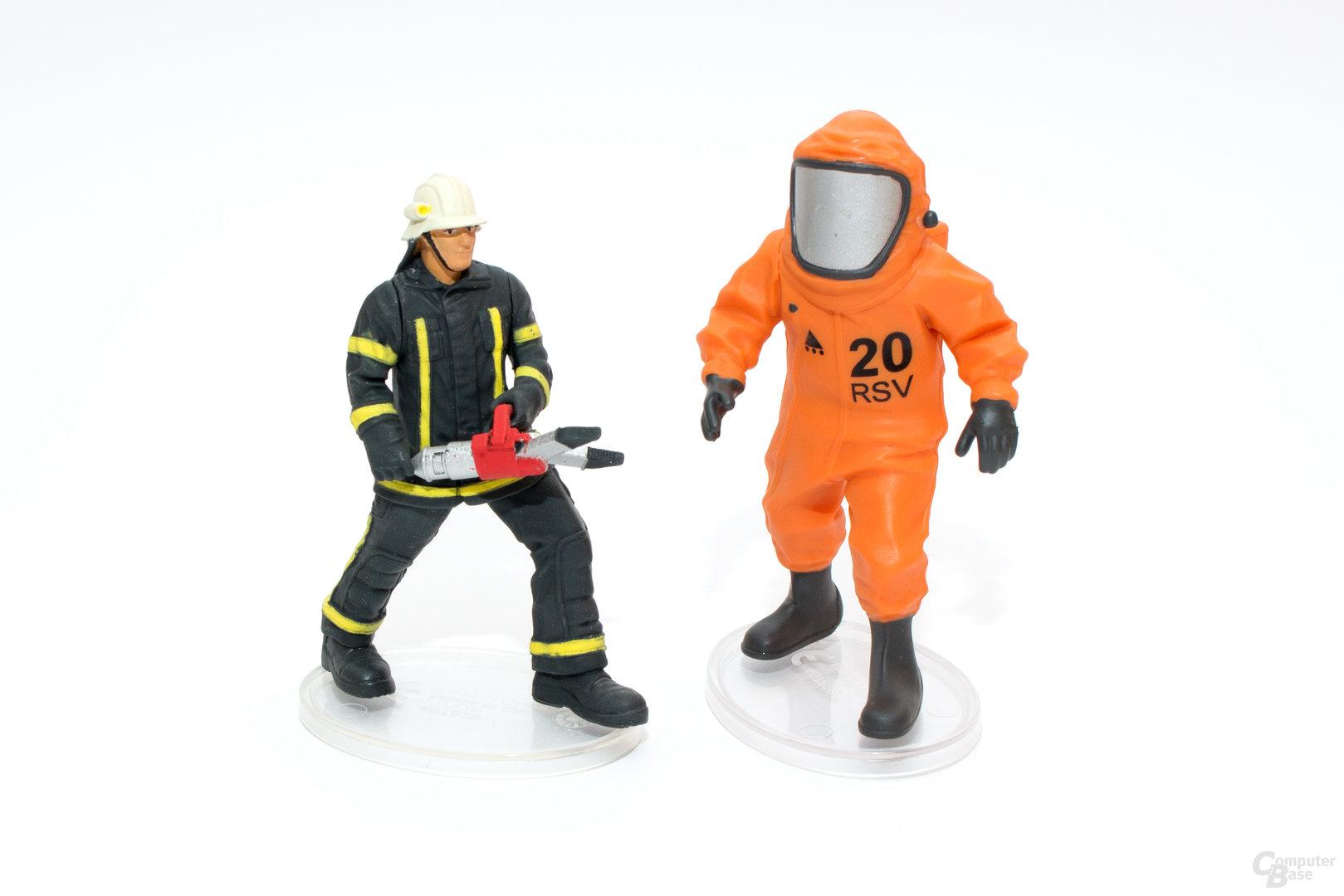 Feuerwehrmann und Einsatzkraft im Schutzanzug – leider nur wenig bewegbar