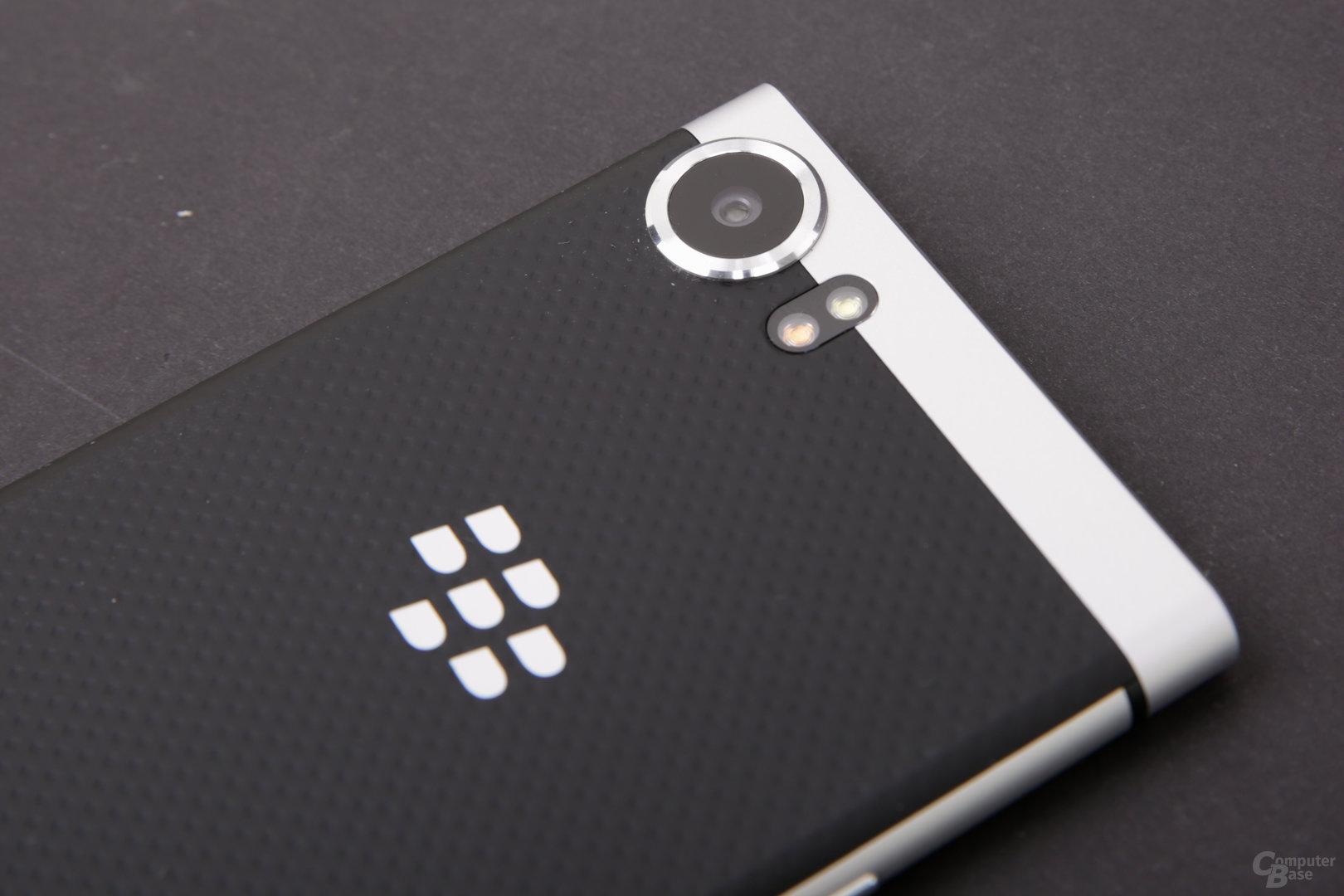Die Rückseite mit BlackBerry-Logo besteht aus Kunststoff