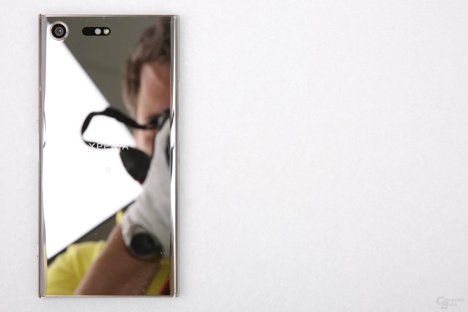 Sieht gut aus, spiegelt aber stark: Das Xperia XZ Premium in Chrom