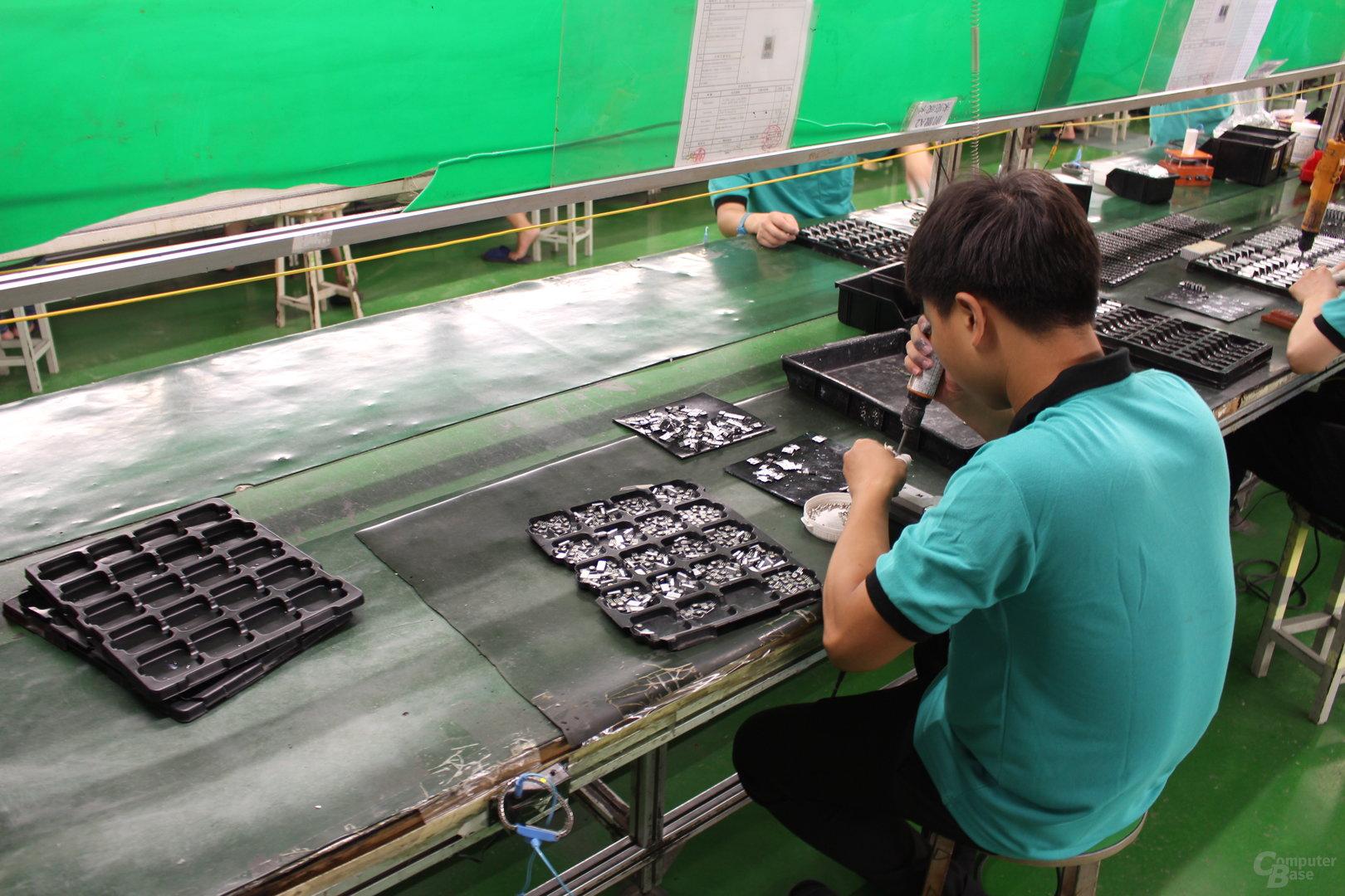 Komponenten-Vorbereitung (Halbleitermontage an Kühlkörper)