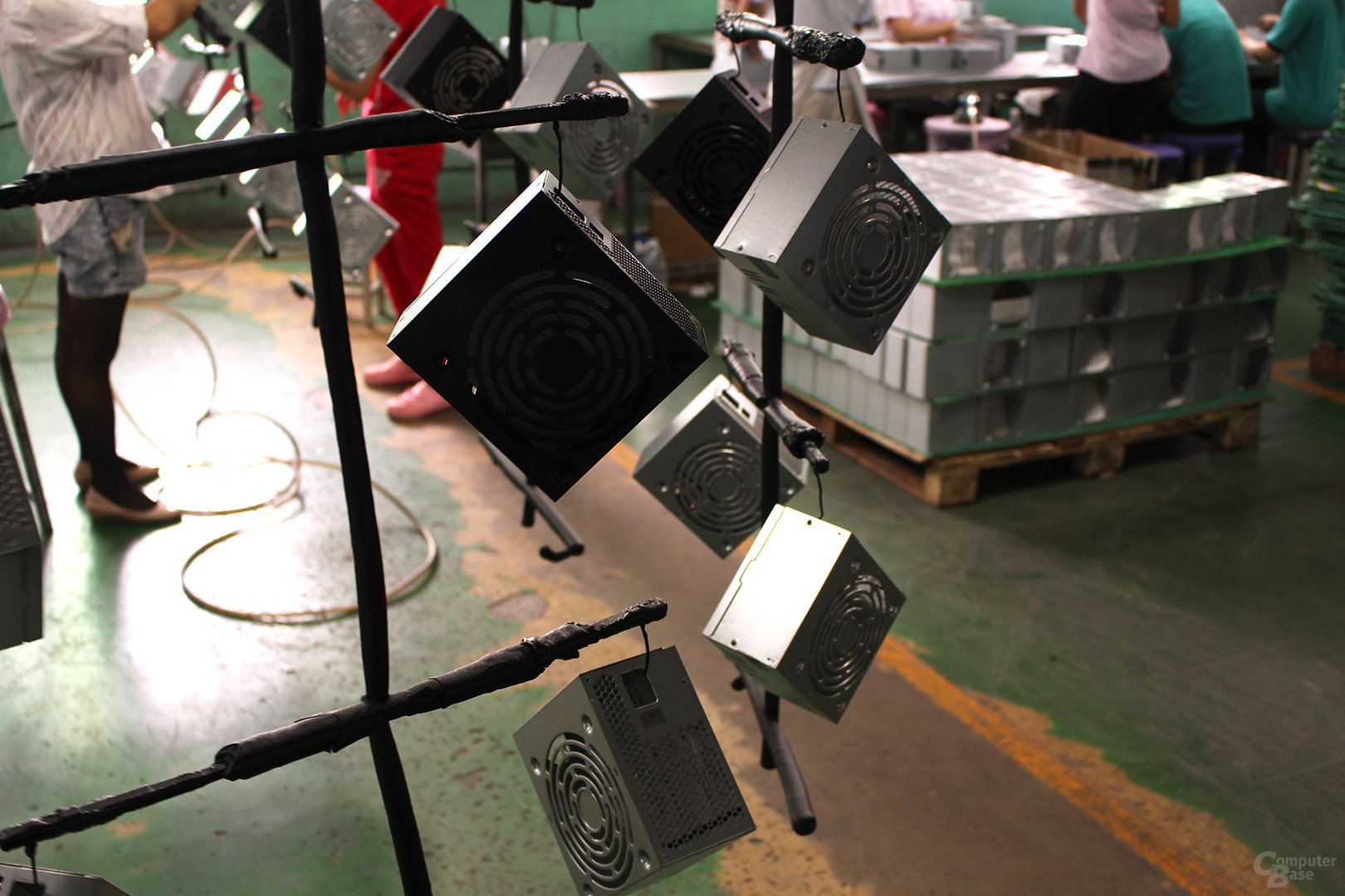 Netzteilgehäuse auf Lackierförderband