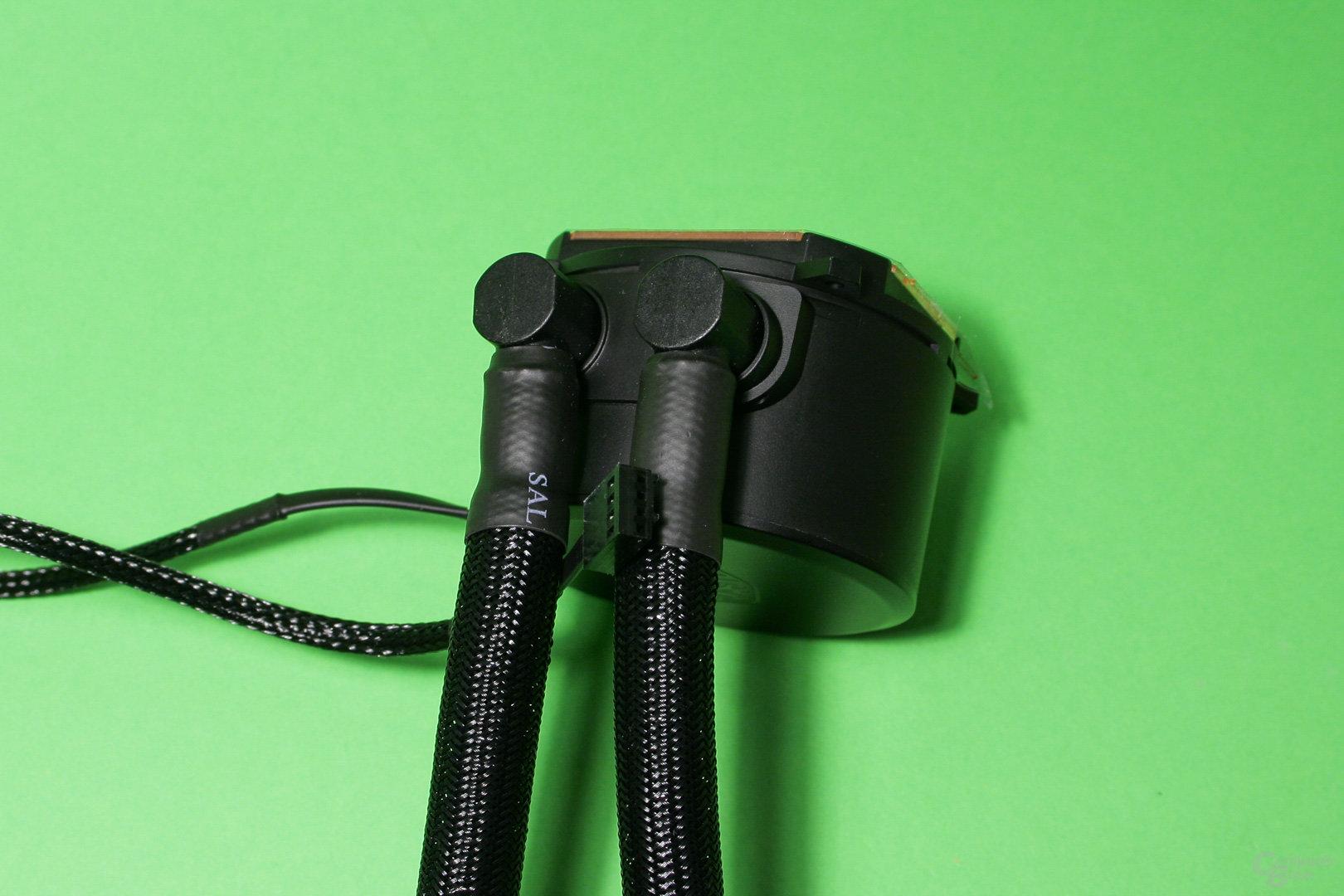 Cooler Master Masterliquid 240: Schlauchbefestigungen an der Pumpe