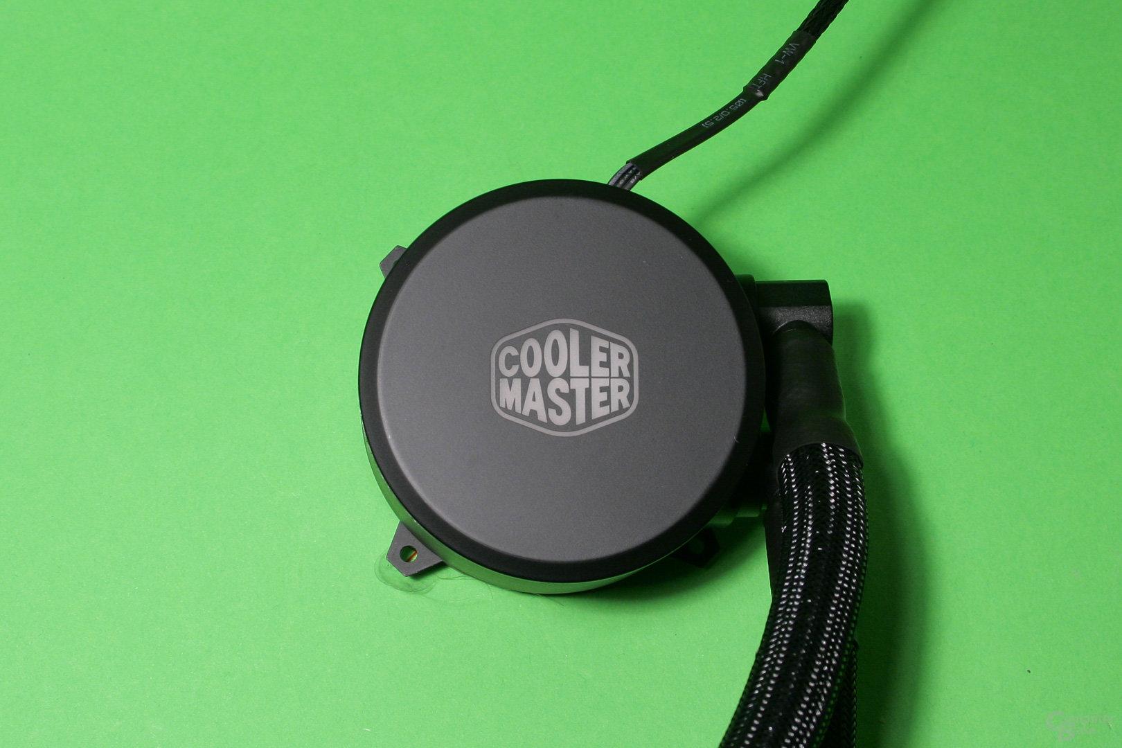Cooler Master Masterliquid 240: Pumpe mit beleuchtetem Herstellerlogo (aus)