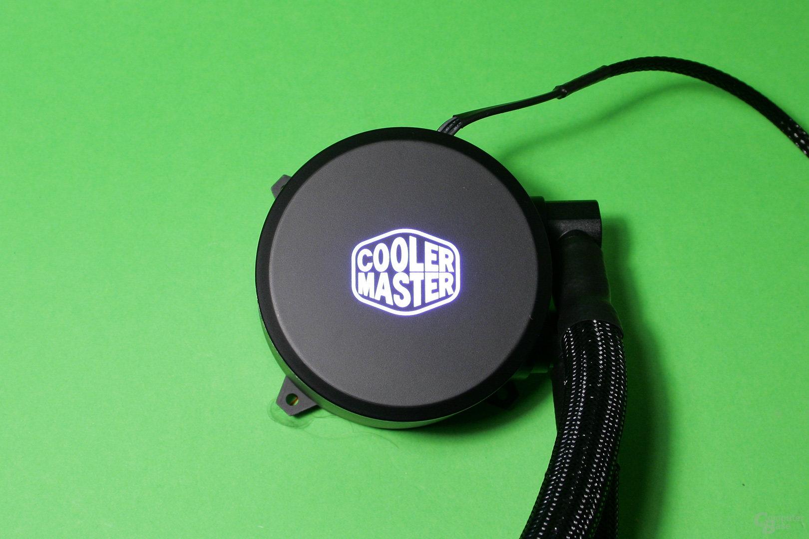 Cooler Master Masterliquid 240: Pumpe mit beleuchtetem Herstellerlogo (an)